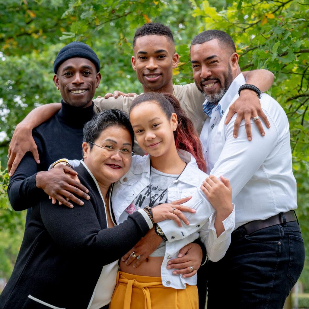 Kinder fotografie vrolijk fotograaf fotografie kinderfotografie lachebekjes schoolfotografie mooi gezellig fotostudio jonge mensen zussen lol fijn samen gezin gezins gezinsfotografie