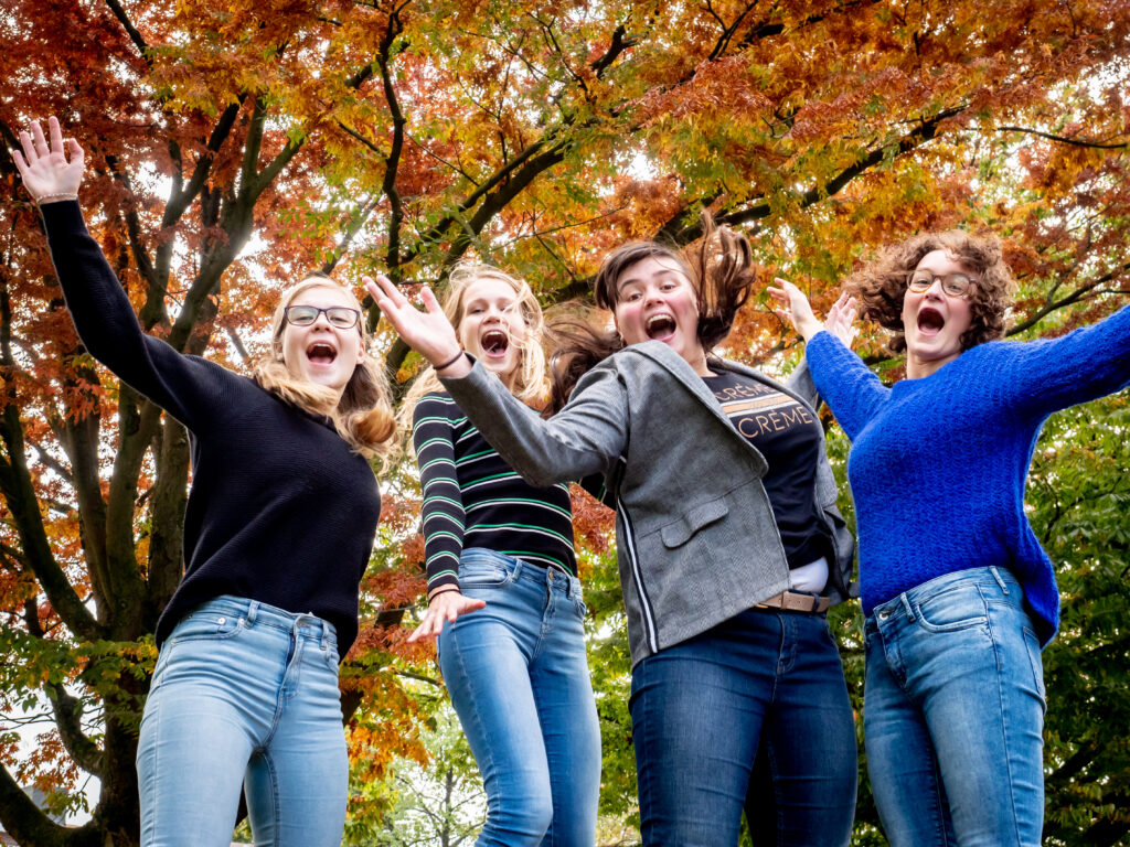 Bruiloft fotografie industrieel bruid bruidegom liefde natuur paardebloem blazen zon paars overleden hatertse vennen Nijmegen boom natuur natuurfotografie vriendinnen vriendinnenshoot vriendinnenfotografie
