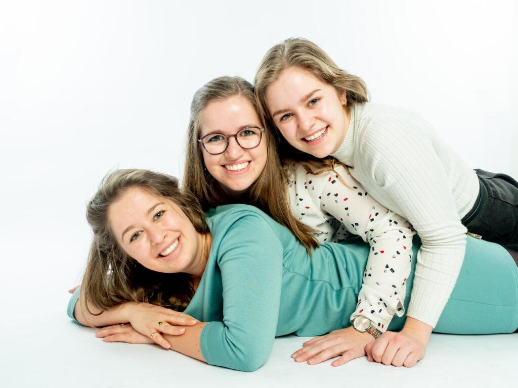 Kinder fotografie vrolijk fotograaf fotografie kinderfotografie lachebekjes schoolfotografie mooi gezellig fotostudio jonge mensen zussen lol fijn samen