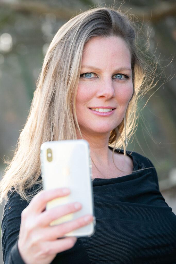 Linda Verweij fotograaf telefoon fotografie enthousiast vrouw fotoshoot fotograferen portret workshop cursus leren fotograferen
